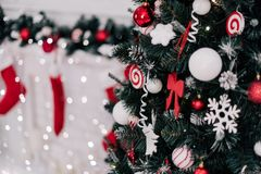 рождество украшая домашний вал Орнамент близкий вверх на предпосылке рождественской елки с красочными светами и игрушками, космос Стоковое Фото