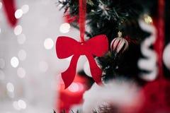 рождество украшая домашний вал Орнамент близкий вверх на предпосылке рождественской елки с красочными светами и игрушками, космос Стоковые Изображения
