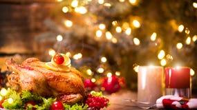 Рождество Украшенная таблица праздника с зажаренным в духовке цыпленк цыпленком Стоковое Изображение RF