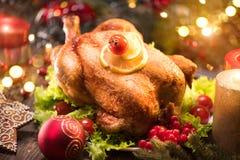 Рождество Украшенная таблица праздника с зажаренным в духовке цыпленк цыпленком Стоковая Фотография RF