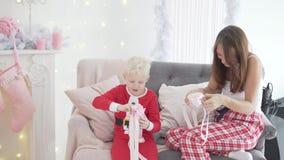Рождество утра носить обеих зеленый верхних частей сынка мамы джинсыов сток-видео
