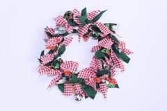Рождество флористическое - красочное рождество флористическое в стене белизны камина Стоковая Фотография
