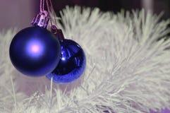 Рождество, яркие голубые шарики на белой предпосылке с сусалью стоковые изображения
