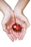 рождество bauble вручает красный цвет Стоковые Фото