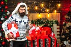 Рождество santa желает веселое рождество Вводить человека в моду с длинной бородой представляя на деревянной предпосылке Канун Но стоковая фотография rf