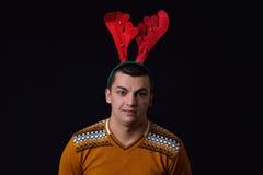 Рожки северного оленя молодого человека нося с смешными выражениями Смешное I стоковое фото rf