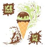 Рожок мороженого фисташки с гайками и шоколадом Текст: Съешьте меня и мороженое Стоковые Изображения