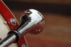 Рожок на старом красном автомобиле Стоковое фото RF