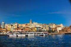 Рожок Стамбул башни Galata шлюпок круиза золотой Стоковые Изображения RF