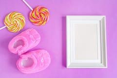 Рождение дето- пустой картинной рамки на фиолетовой предпосылке Стоковое Изображение RF