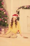 Рождественская вечеринка, женщина зимних отдыхов с котом Новый Год девушки Рождественская елка в интерьере Стоковые Фотографии RF