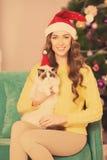 Рождественская вечеринка, женщина зимних отдыхов с котом Новый Год девушки Рождественская елка в интерьере Стоковые Изображения RF