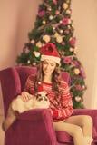 Рождественская вечеринка, женщина зимних отдыхов с котом Новый Год девушки Рождественская елка в интерьере Стоковое Фото
