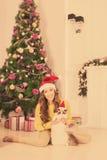 Рождественская вечеринка, женщина зимних отдыхов с котом Новый Год девушки Рождественская елка в интерьере Стоковые Фото