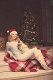 Рождественская вечеринка, женщина зимних отдыхов с котом Новый Год девушки Стоковая Фотография