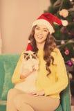 Рождественская вечеринка, женщина зимних отдыхов с котом Новый Год девушки Рождественская елка в интерьере Стоковое Изображение