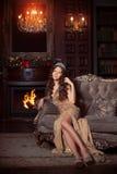 Рождественская вечеринка, женщина зимних отдыхов с подарочной коробкой Новый Год девушки рождественская елка в внутренней предпос Стоковые Фотографии RF
