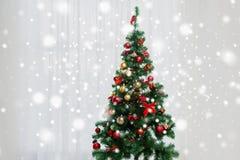 Рождественская елка в живущей комнате над занавесом окна стоковая фотография rf