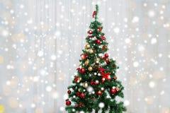 Рождественская елка в живущей комнате над занавесом окна стоковое изображение