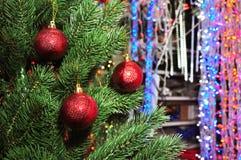 Рождественская елка в магазине игрушек Стоковые Изображения
