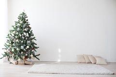 Рождественская елка в Новом Годе белой комнаты Стоковые Изображения RF
