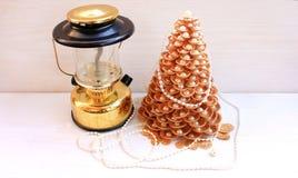 Рождественская елка золота сделанная раковин Стоковая Фотография RF