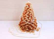 Рождественская елка золота сделанная раковин Стоковая Фотография