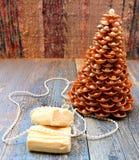 Рождественская елка золота сделанная раковин Стоковые Изображения RF