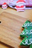 Рождественская елка и бумага Санта на деревянной плите Стоковое Изображение RF