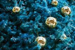 Рождественская елка и золотые шарики для рождества Стоковые Изображения