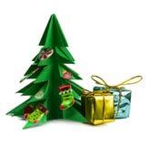 Рождественская елка и подарки на рождество и игрушки изолированные на белой предпосылке Стоковая Фотография RF