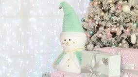 Рождественская елка и снеговик в комнате акции видеоматериалы