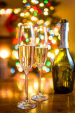 Рождественская елка и 2 стекла шампанского Стоковые Фотографии RF