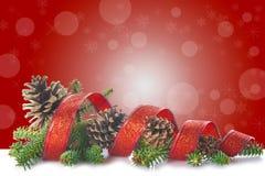 Рождественская елка на белой и красной предпосылке Стоковое фото RF