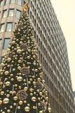 Рождественская елка на бизнес-центре предпосылки стоковые изображения rf
