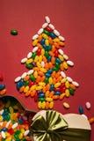 Рождественская елка от красочных конфет и подарочной коробки Стоковое Изображение RF