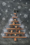 Рождественская елка от специй рождества traditonal и снежинок, предпосылки рождества Стоковое Изображение RF
