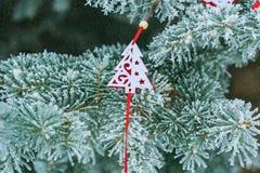 Рождественская елка предпосылки снежная с красной игрушкой рождественской елки от Стоковое Изображение