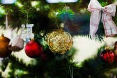рождественская елка смычков шариков Стоковое Изображение
