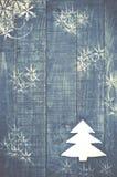 Рождественская елка сделанная белизны чувствовала на деревянной, голубой предпосылке Sn Стоковые Фото