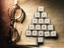 Рождественская елка сделанная из ключей компьютера и стекел, старой бумажной предпосылки Стоковая Фотография RF