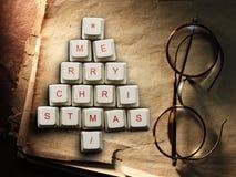 Рождественская елка сделанная из ключей компьютера и стекел, старой бумажной предпосылки Стоковая Фотография
