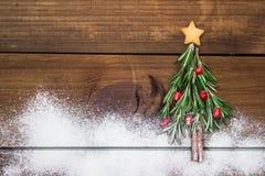 Рождественская елка сделанная из розмаринового масла и гранатового дерева с звездообразным печеньем Стоковые Фотографии RF