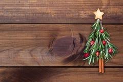 Рождественская елка сделанная из розмаринового масла и гранатового дерева с звездообразным печеньем Стоковое Изображение