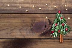 Рождественская елка сделанная из розмаринового масла и гранатового дерева с звездами конфеты Стоковые Изображения RF