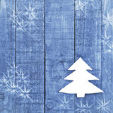 Рождественская елка сделанная от белизны чувствовала на деревянной, голубой предпосылке Изображение зенитных орудий снега Орнамен Стоковое фото RF