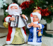 Рождественская елка с игрушками и figurines Санта Клауса и девушки снега Стоковое Фото