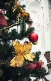 Рождественская елка с красочными шариками Стоковая Фотография RF