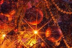 Рождественская елка с орнаментами и sparkly гирляндой Винтажный обрабатывать Стоковое Изображение RF