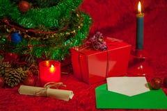 Рождественская елка с открытой свечой конверта, бумажных и горения Стоковые Изображения RF